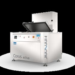 Ultraschallreinigungsanlage Corus Activa mit komfortabler Ladeplattform für die Wartungsreinigung von komplexen Teilen in der Industrie